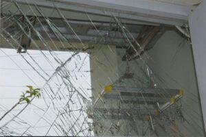 Thay kính cửa bị vỡ thay thế sửa chữa thi công lắp đặt
