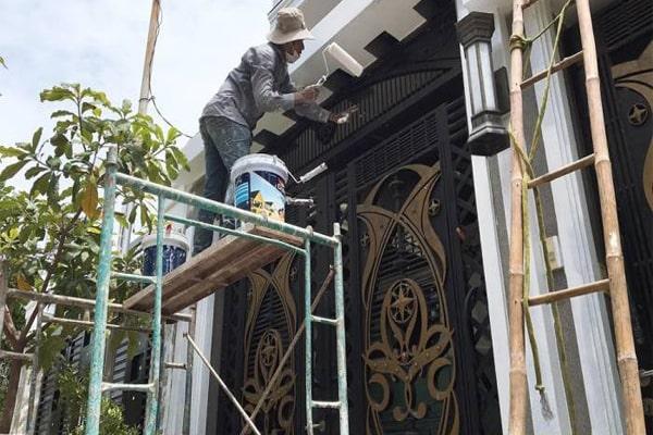 Thợ sơn lại cửa sắt