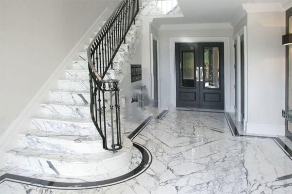 Mẫu đá cầu thang sử dụng 2 gam màu xám - trắng cá tính, mới lạ